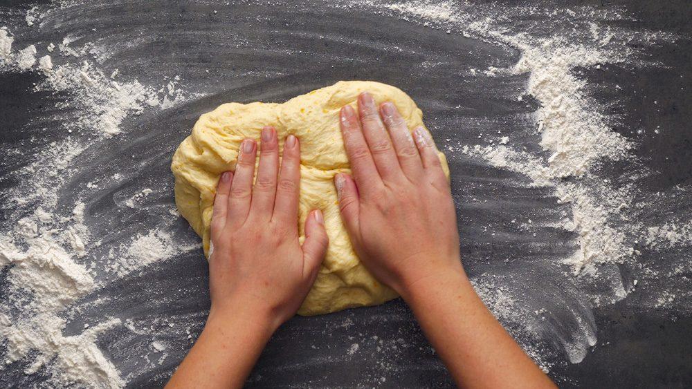 Puneți făină pe masa de lucru